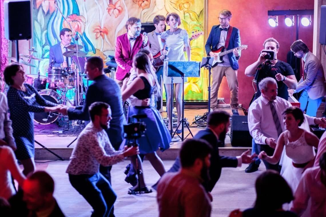 Zespół muzyczny gra na weselu