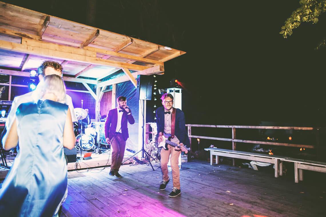 Piotr i Wojtek wychodzą do ludzi podczas imprezy weselnej